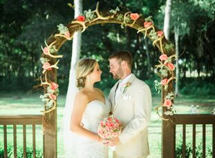 Jessica Runge (28 and a juvenile probation offer) and Clayton Jenkins (28 and a project engineer) pulled off a rustic affair with a cheerful, feminine