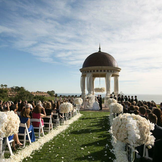 The ceremony was held on the lawn under the rotunda at Pelican Hill overlooking beautifully manicured lawns and the Pacific Ocean.