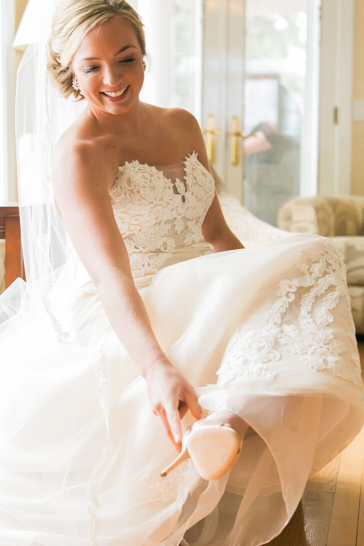 Kelly wore an ivory strapless wedding dress accented with lace and designed by Ines di Santo. She wore a traditional veil and Oscar de la Renta shoes.