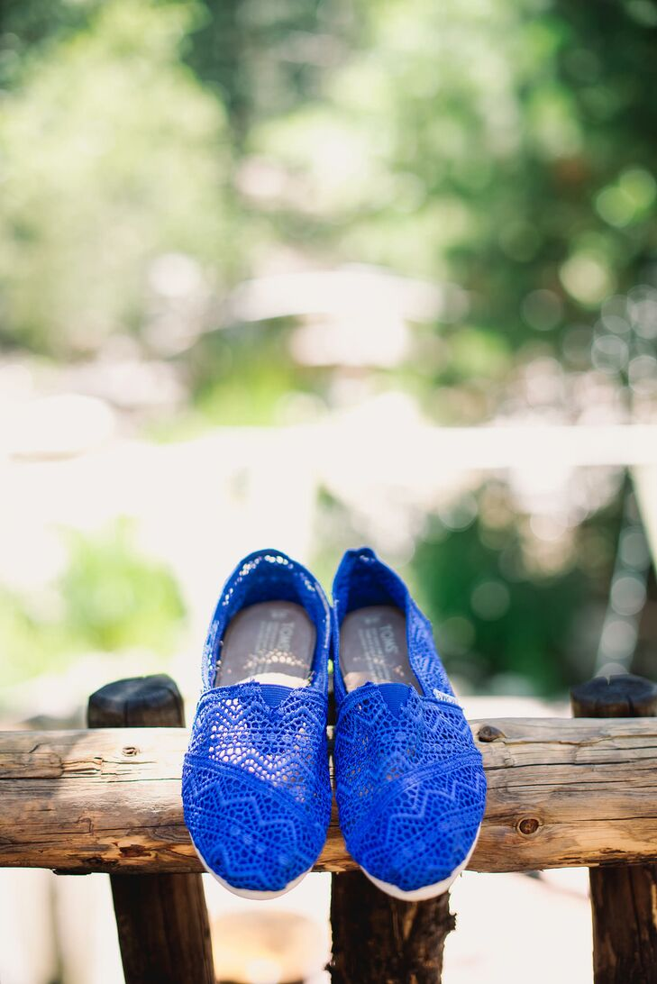 Erin sported blue crochet Toms shoes, prioritizing comfort—and dance moves!