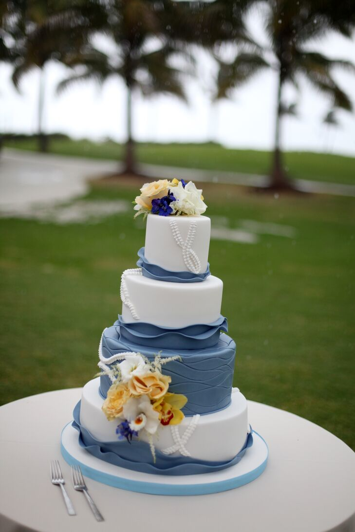 Baked by Kakes by Karen, the couple chose a four-tier blue and white confection composed of white champagne cake with raspberry coulis and banana cake with dark chocolate ganache.