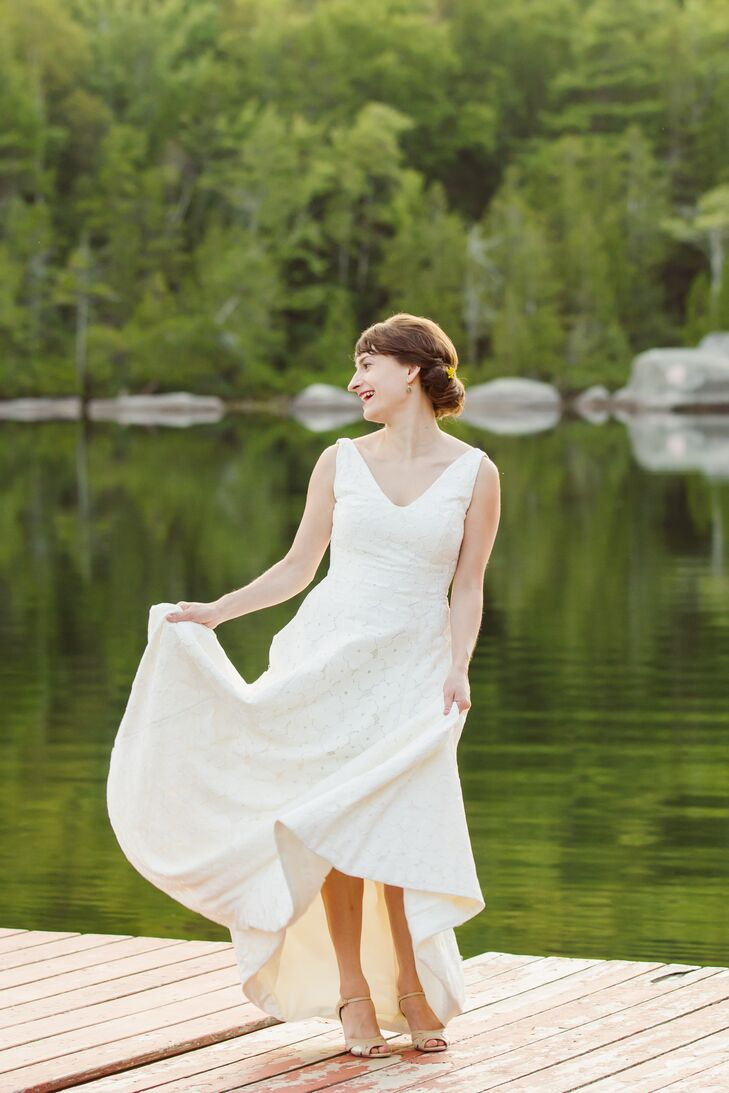 Christin wore a lovely V-neck wedding dress with a retro lace style.