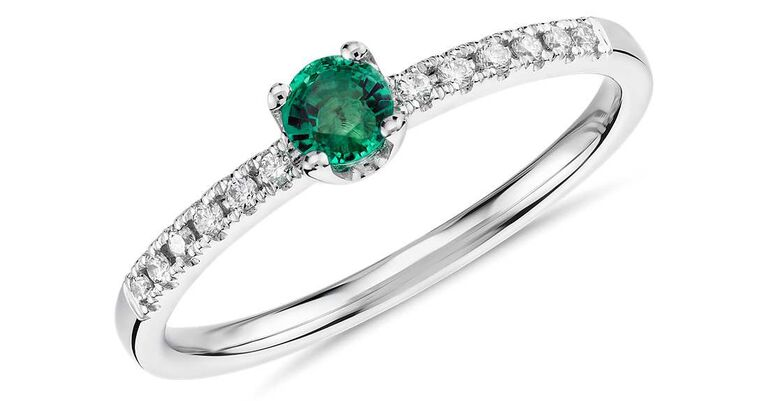 Small ring with emerald stone and mini diamonds