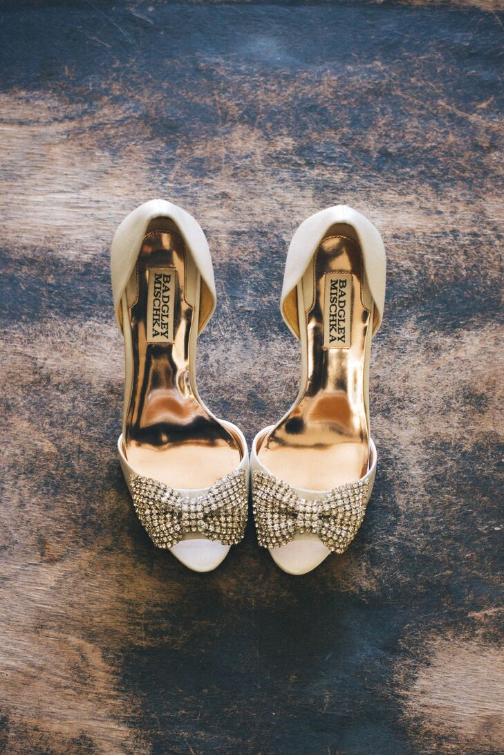 Jess wore a gold pair of Badgley Mischka heels, accented with bows on top of the toes.