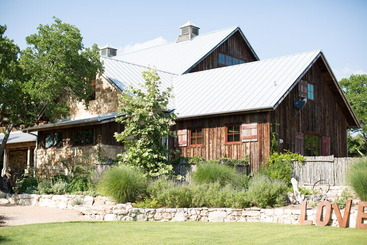 The 9,200-square-foot barn was originally built as a hay barn in 1870 in New York State. In 2013 it was dismantled and shipped to scenic Texas Hill Country, where it was restored and reassembled (using the same method it was to build it). Today it can accommodate 300 guests.