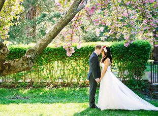 Melissa Nazareno (28, Management Professional) met Jason Lewicki (29, Software Engineer) during their college years through an online dating site.  Le
