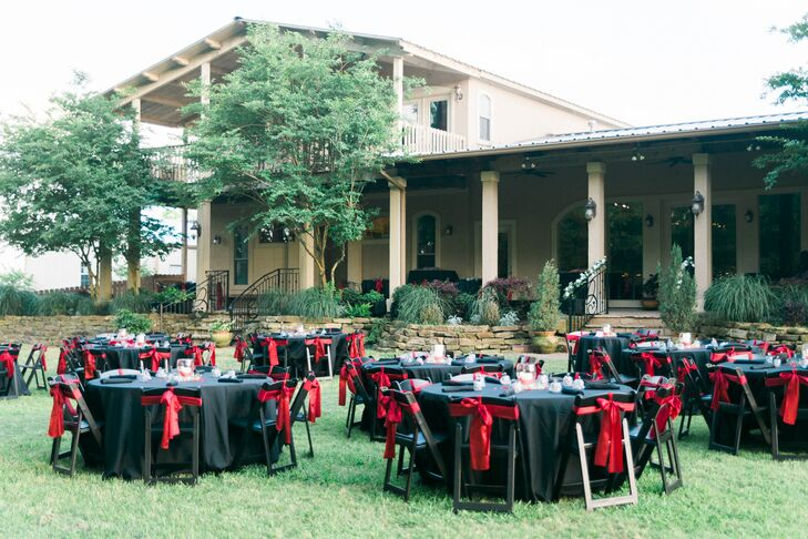 These black dining tables with red ribbons on the chairs contrasted beautifully with the greenery at Bernhardt Winery in Plantersville, Texas, and added a touch of formality.
