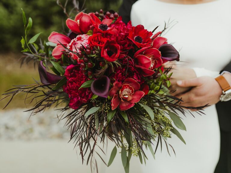winter wedding ideas red bouquet
