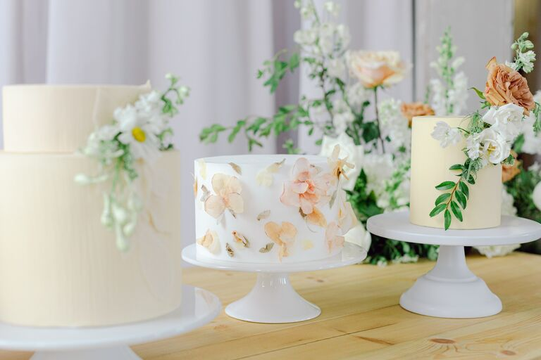 mini cakes 2021 wedding trends
