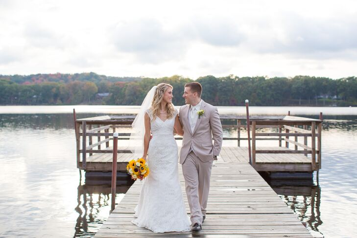 Since Jaclynn Hinz (27 and a teacher) and Matthew Hinz (27 and a New York state trooper) got married in the fall, they decided to run with a fall-insp