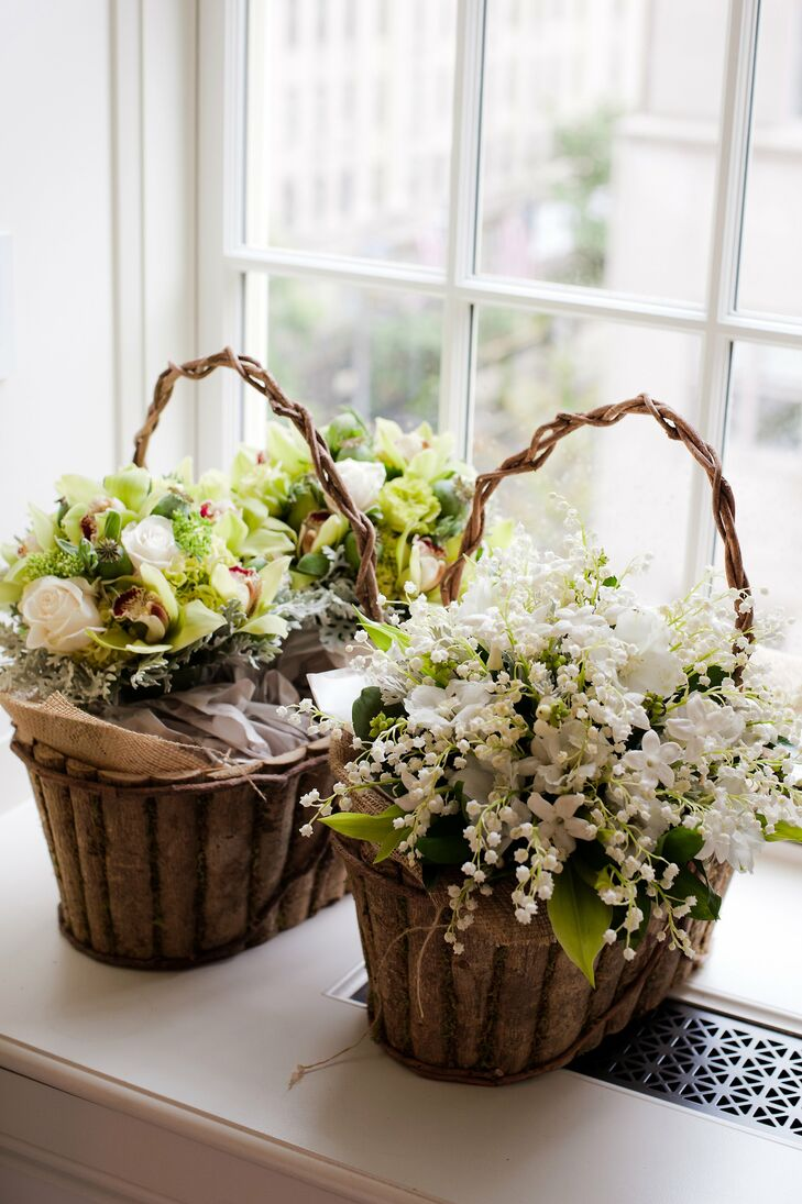 Rustic, burlap-lined baskets adorned with stephanotis, roses and lilies of the valley held the programs.