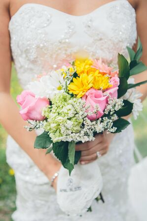 Spring Bridal Bouquet With Roses and Daisies