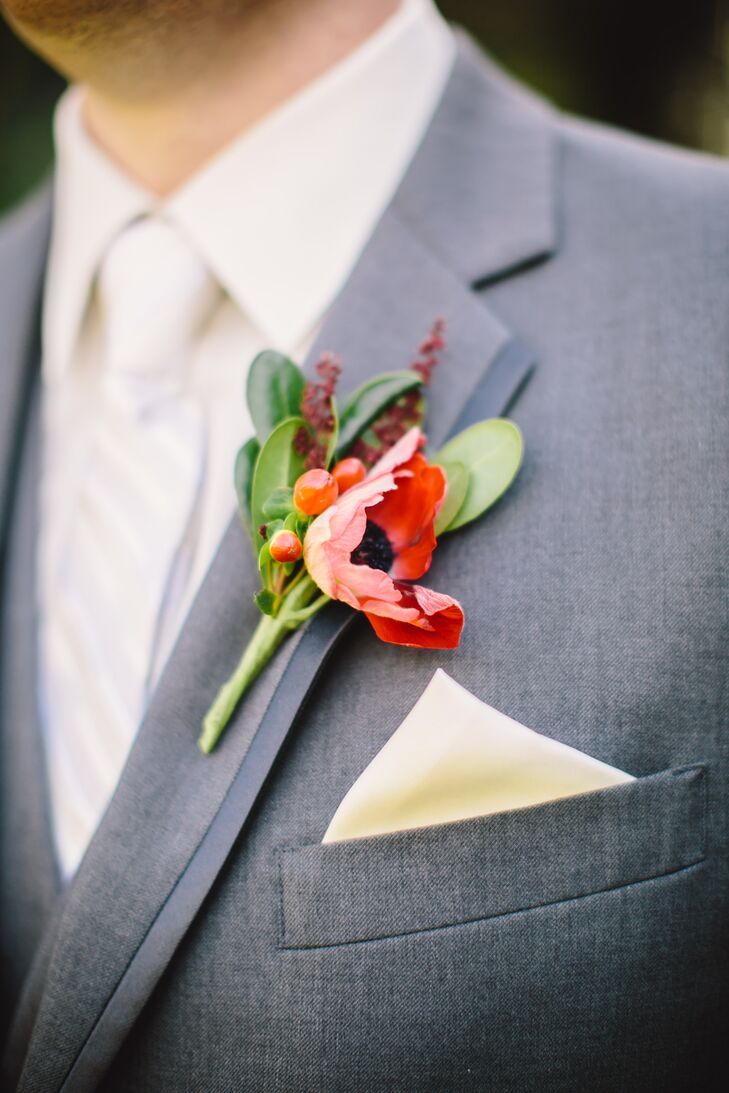 Rather than going for the traditional red, white and blue that represents both England and Texas, the couple selected a color palette of red with varying shades of gray.