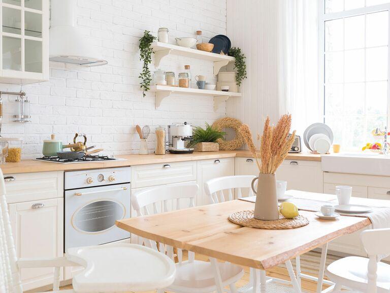 Articles de registre de mariage exposés dans la cuisine