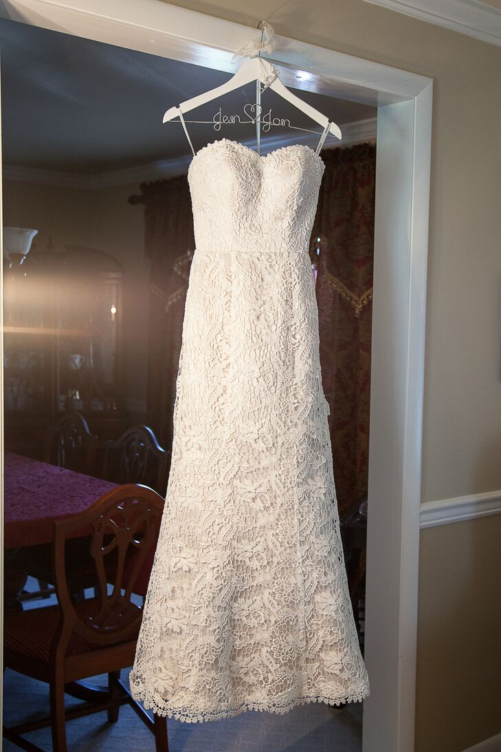 Jennifer wore a strapless, A-line wedding dress with a sweetheart neckline and venetian lace overlay by Justin Alexander.