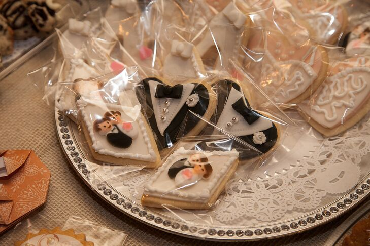 As favors, Jennifer and Jonathan gave their guests individually wrapped cookies decorated with wedding motifs.
