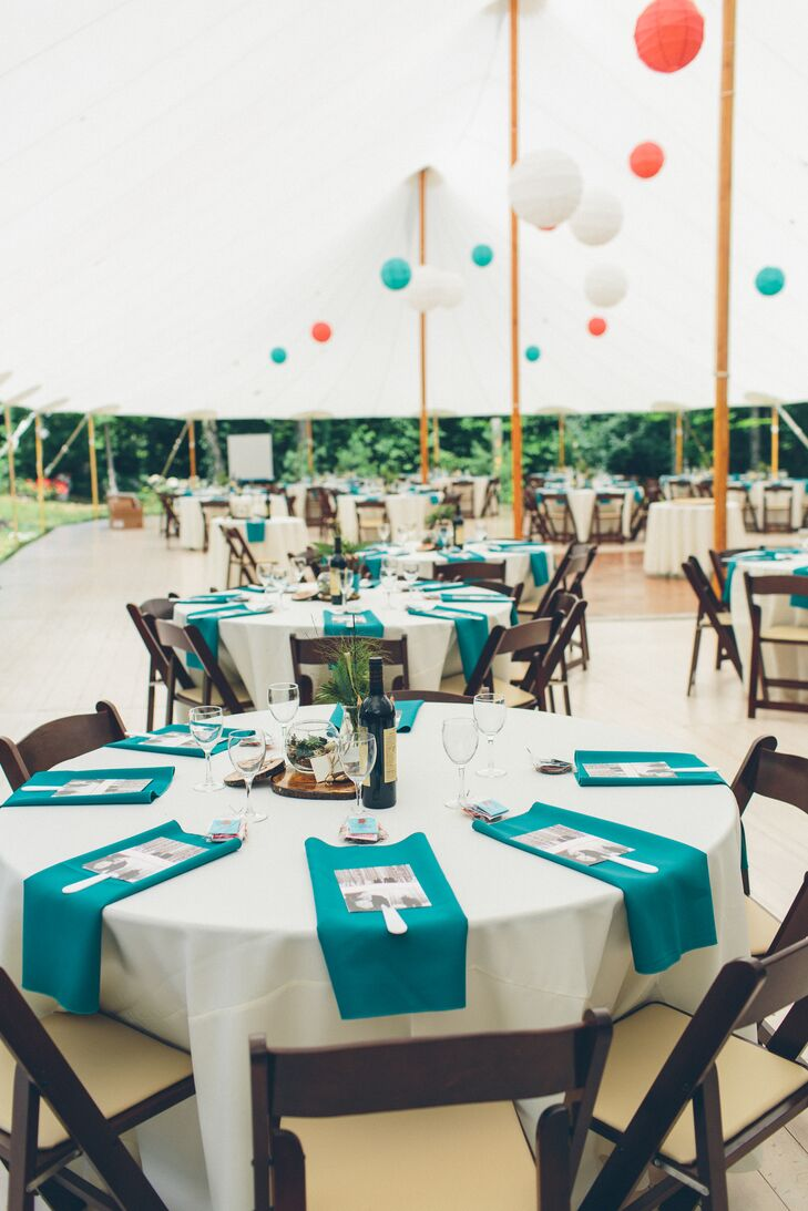 Round tables had crisp white linen tablecloths and turquoise linen napkins.