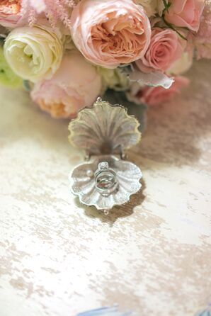 Round-Cut Diamond Ring in Clam Shell
