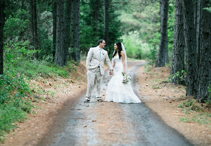 Accents of lace, burlap and wood, combined with the natural surroundings of greenery, tall trees and mountains, served as a strong foundation for this