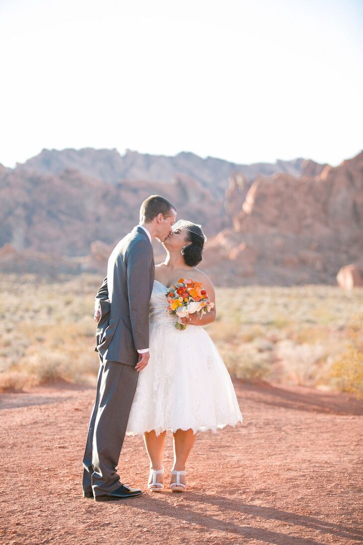 Emily and Justin celebrated their marriage in a desert-themed affair in the Valley of Fire National Park in Overton, Nevada. For the reception, guests
