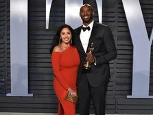 Kobe and Vanessa Bryant vanity fair oscars party 2018 kobe bryant holds an oscar