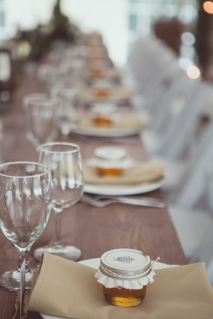 On each place setting, Kelly-Ann and Michael placed thank-you notes and jars of honey that were stamped with honeybees.