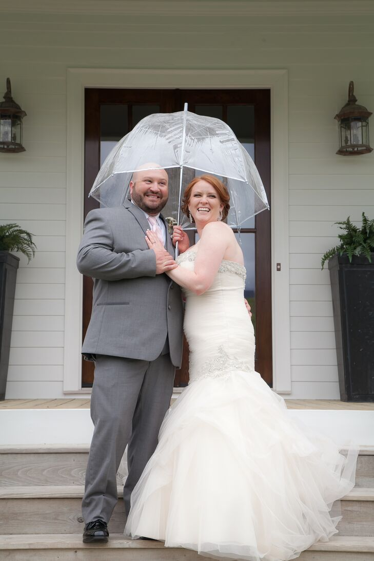 After getting engaged with roses and a pale pink cake, Lindsey Sutton (26 and in sales) and Matt Farmer (31 and a hair stylist) incorporated these two