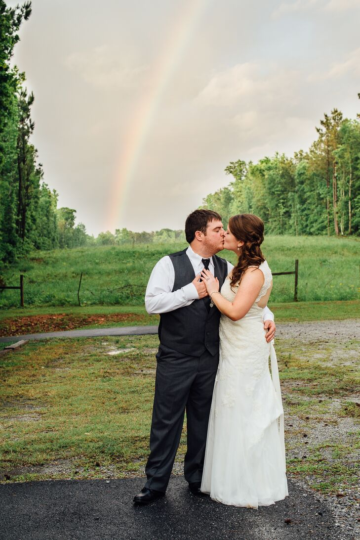 Kelsey Kinser (24 and a marketer) and Cody Evans (26 and an engineer) chose a very clean and natural look for their wedding, using white hydrangeas, w