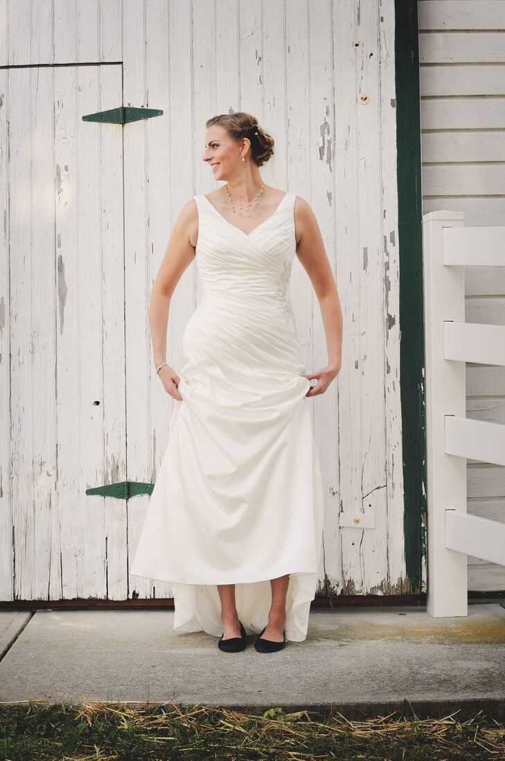 0dd725d20bc3 Megan s wedding dress was an A-line style gown with a V-neck and