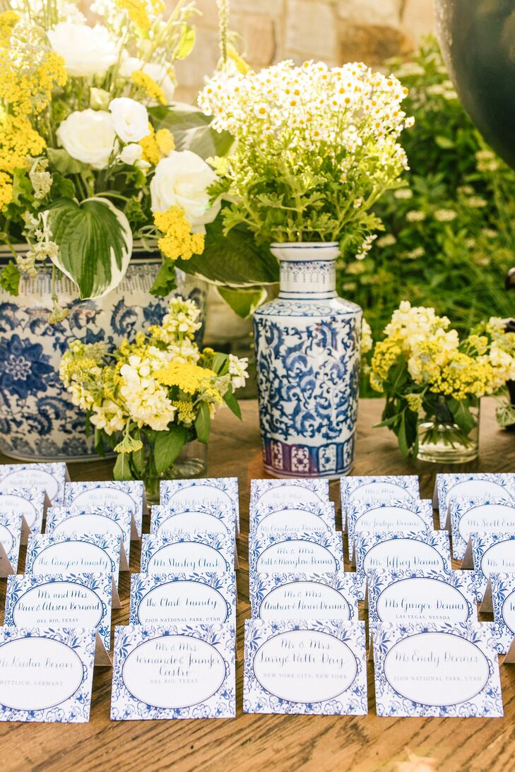Blue and White Canton-Motif Vases and Escort Cards