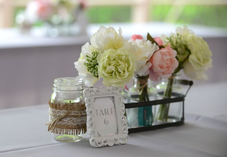 The DIY décor, largely homemade by Leigh and her mother, gave the woodsy venue a rustic, crafty look. rnrn