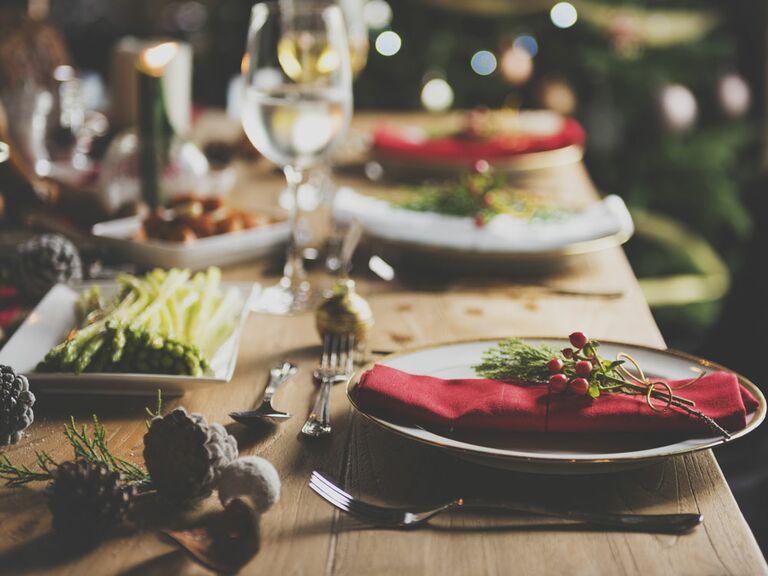 Articles de registre de mariage de dinging formels exposés sur un paysage de table de vacances