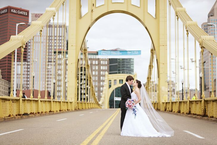 Sean and Erin had a photo session on the landmark Robert Clemente Bridge in Pittsburgh, Pennsylvania.