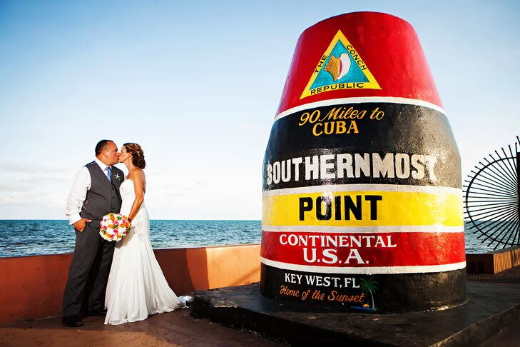 Christy Reo (39, a District HR Manager) and Bob Petrone (48, an Operations Manager) held their destination wedding in Key West, Florida, with a beach