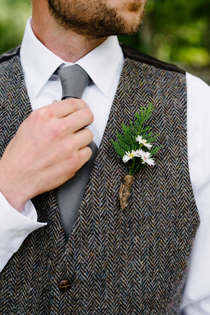 Justin accentuated his tweed vest with a rustic boutonniere made from dainty daisies and local greenery.