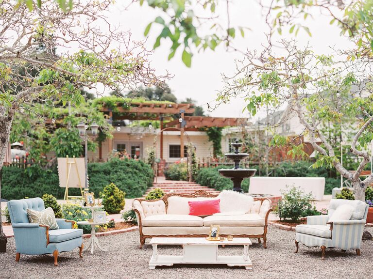 Merveilleux Outdoor Wedding Lounge With Couches And Side Tables