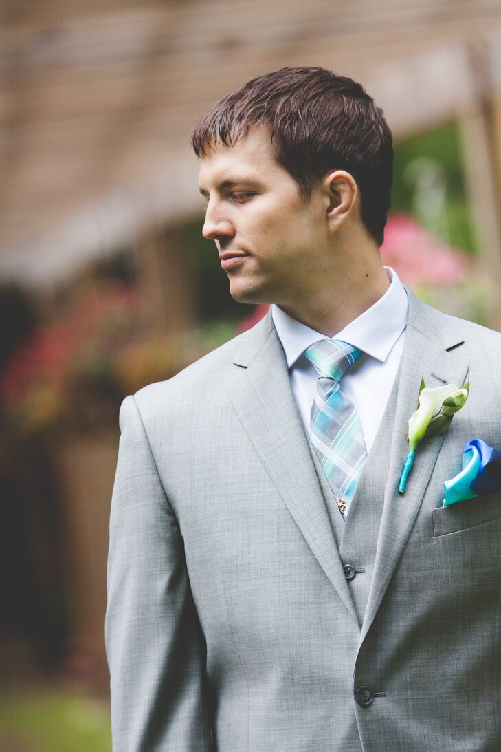 Dan wore a pale gray suit with a plaid turquoise tie, a turquoise pocket square and a calla lily boutonniere.