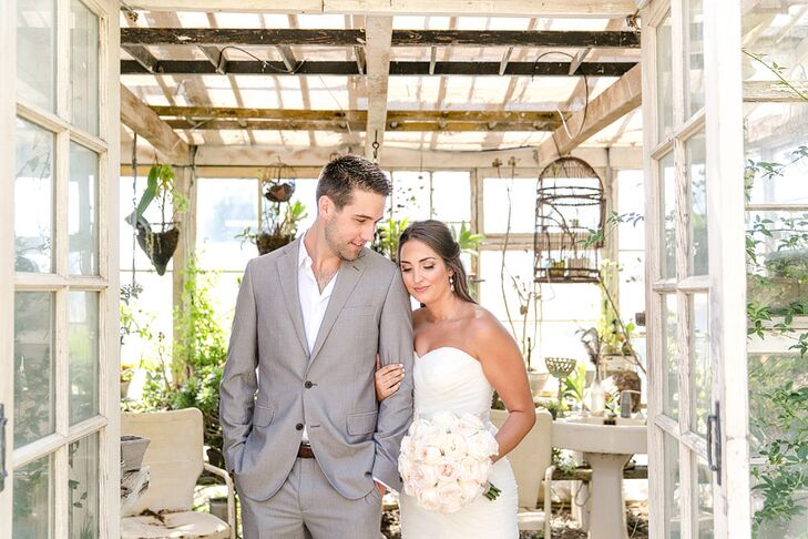 Michelle Wookey (26 and a teacher) and Wes Mendel (27 and a sales manager) pulled off a fun shabby chic affair with a palette of warm neutral hues and