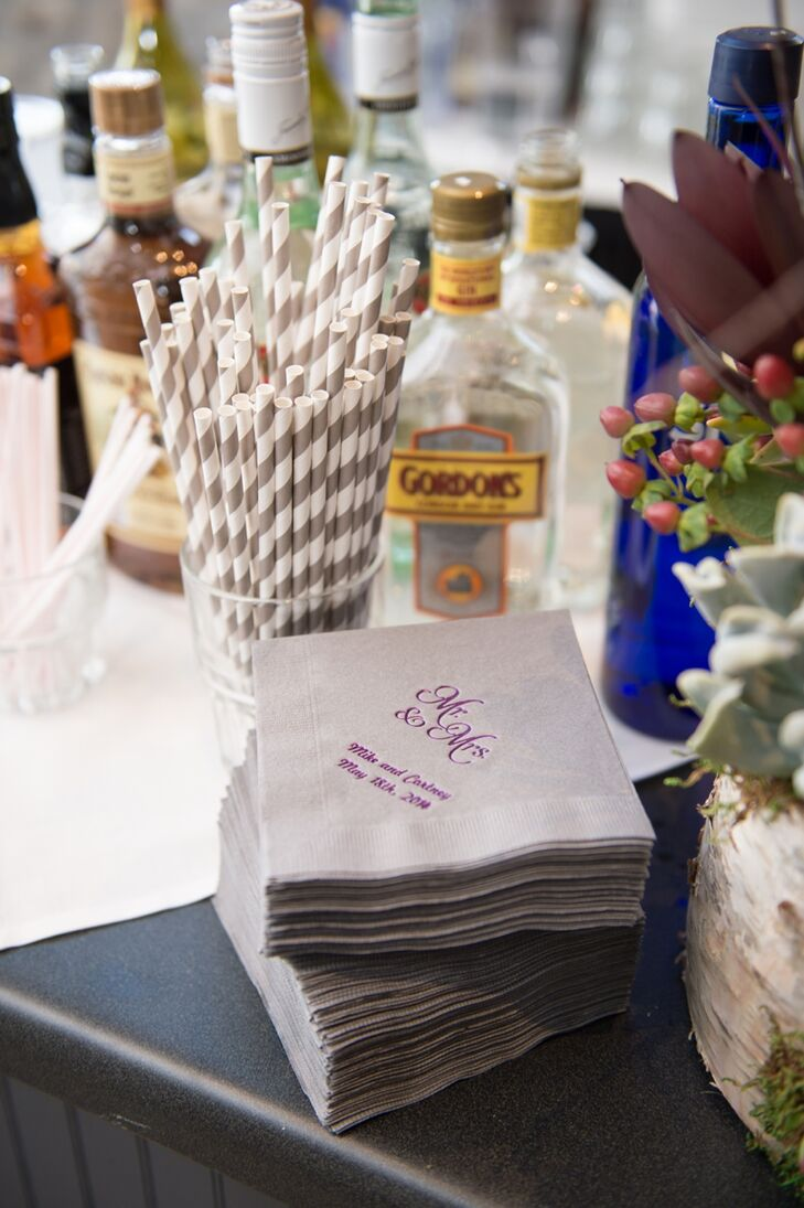 For the ceremony, drinks were prepared in mason jars and passed out to guests along with chalkboard tags.