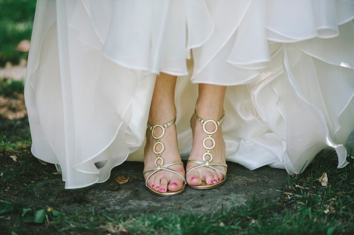 Jess wore a stunning pair of gold open-toe heels, with a circular design running up the top of her foot and wrapping around the width of her ankle. The subtle gold color brought a glam element to her attire.