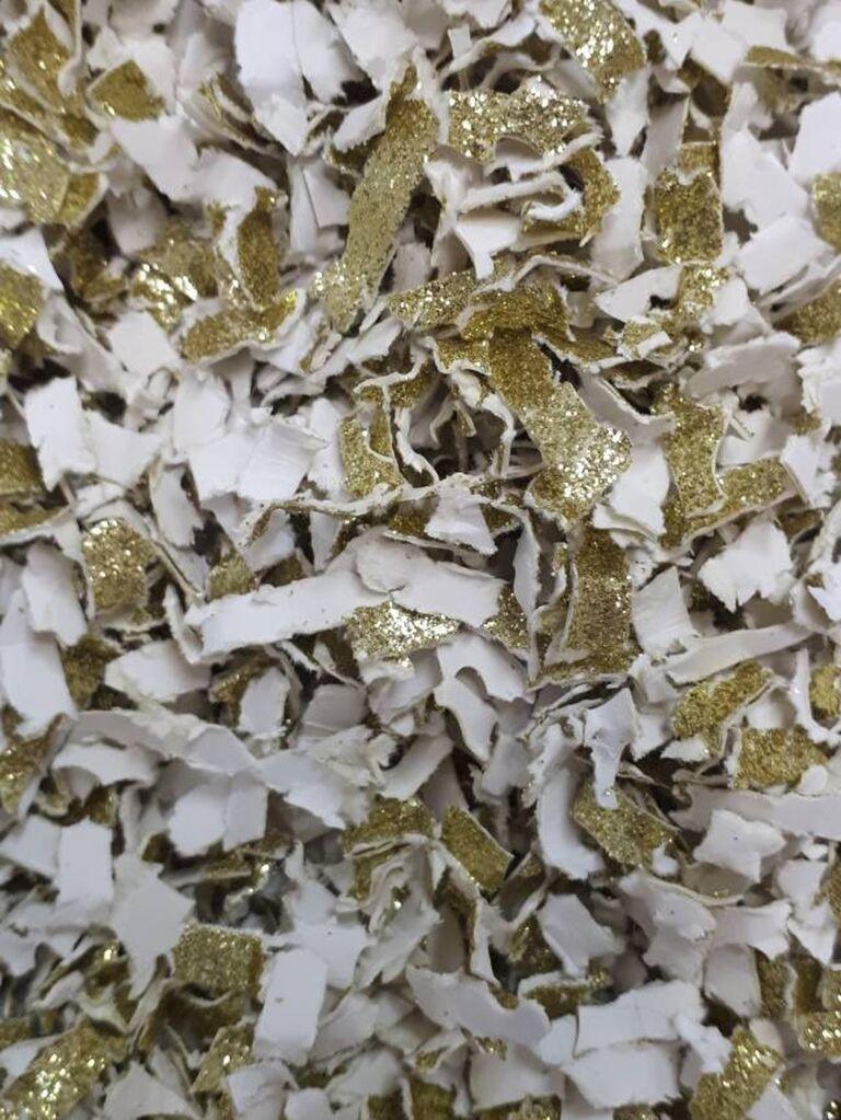 Backyard wedding ideas gold confetti