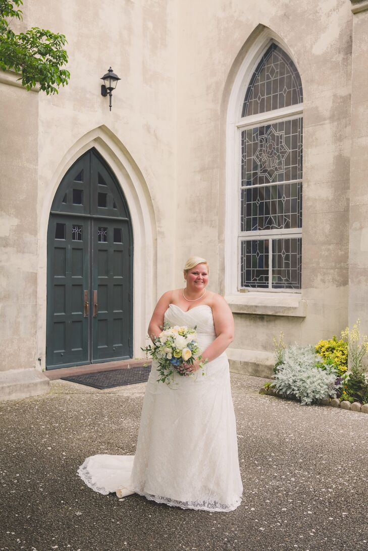Jenna wore a simple lace sheath wedding dress with a sweetheart neckline. She styled her hair in a chignon and wore minimal accessories to highlight the details in the dress.