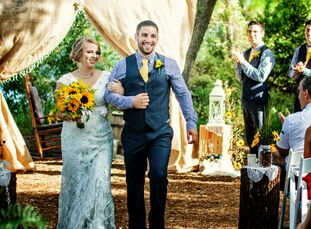 Lauren Sears (22 and a registered nurse) loves sunflowers so much that she and Michael Baglio Jr. (25 and a software developer) chose the palette for