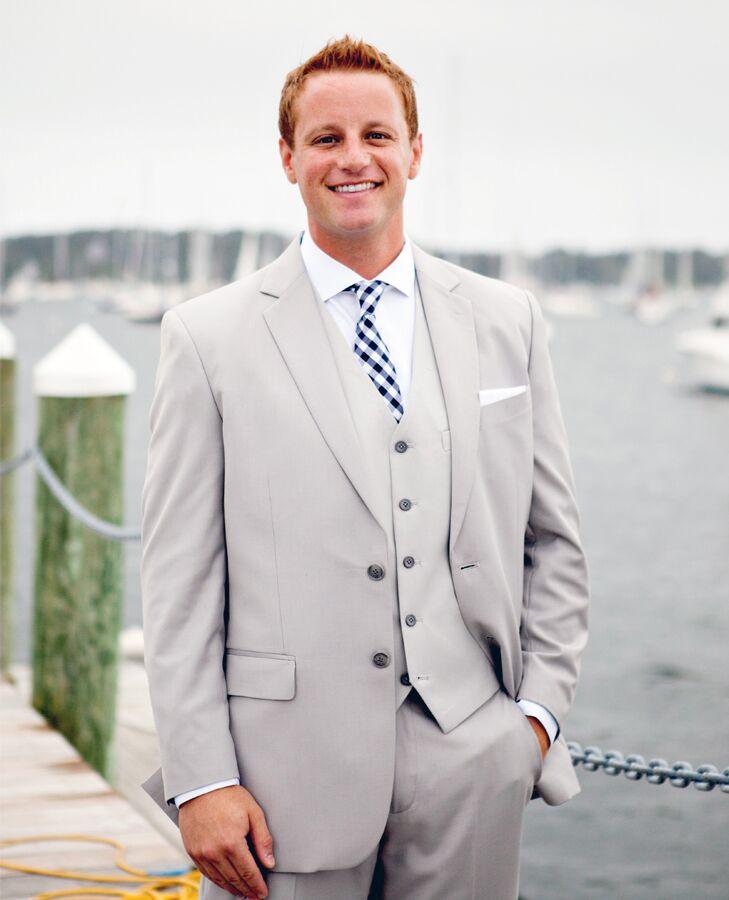 groom in light gray suit
