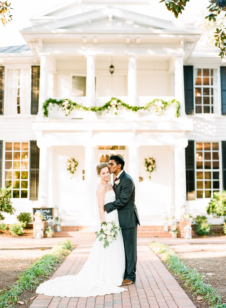 Keeping in mind a casual yet glamorous wedding aesthetic, Allison and Zane hosted their reception outside on the lawn of Leslie-Alford-Mims House in Holly Springs, North Carolina. This allowed for a more relaxed alfresco reception with an elegantly lavish backdrop.