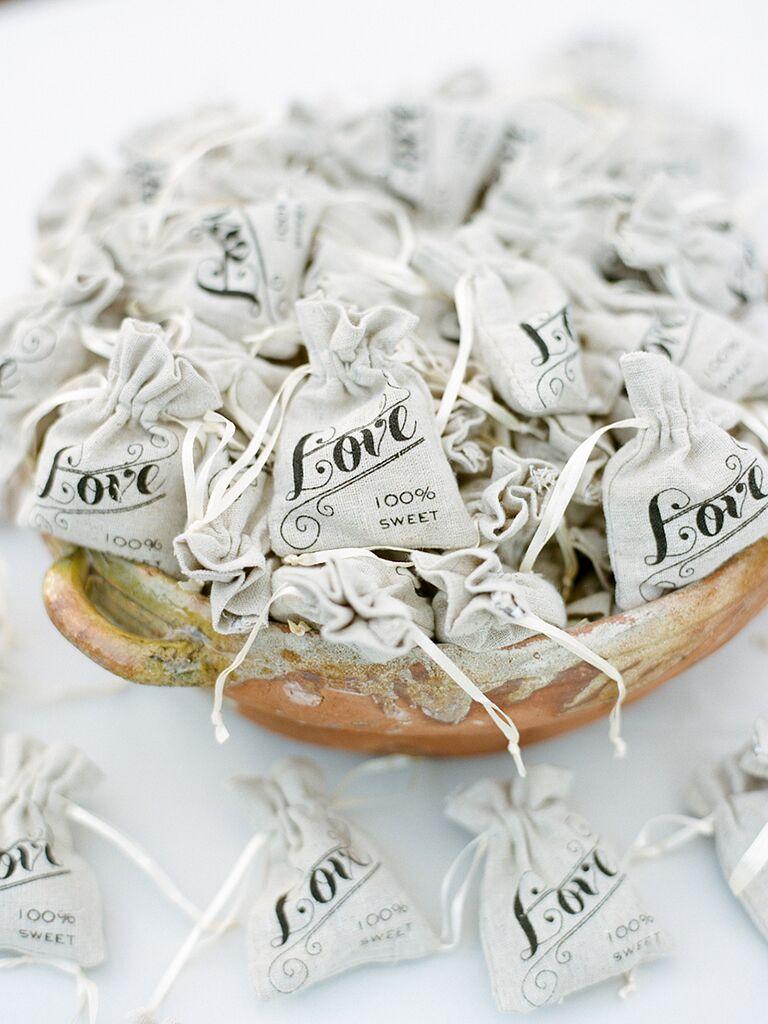 Sacs de faveur de mariage en toile de jute mignon pour un mariage rustique