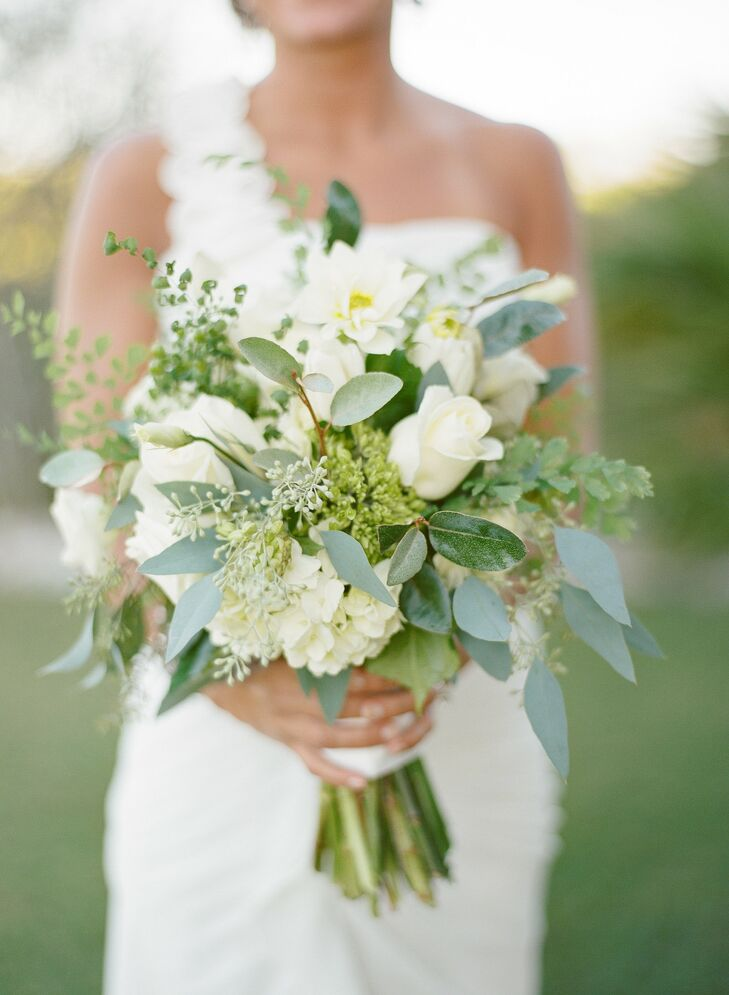 Various white blooms and greenery created a fresh, just-picked look.