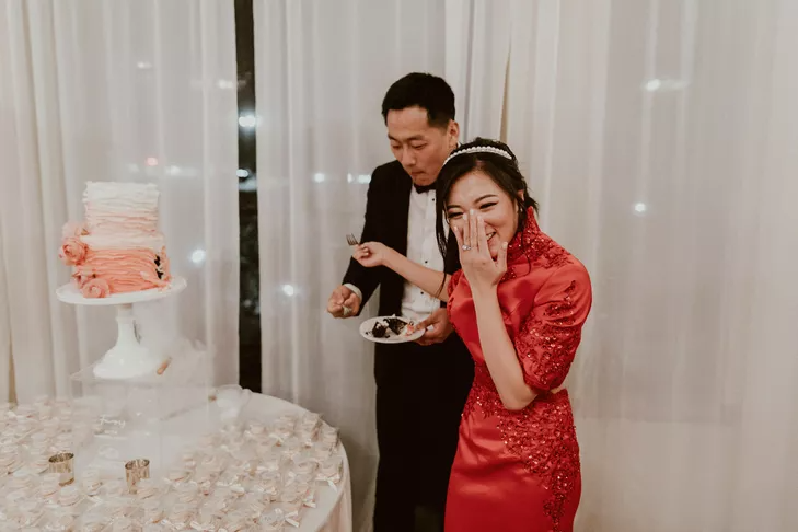 Couple cutting the cake at the end of wedding