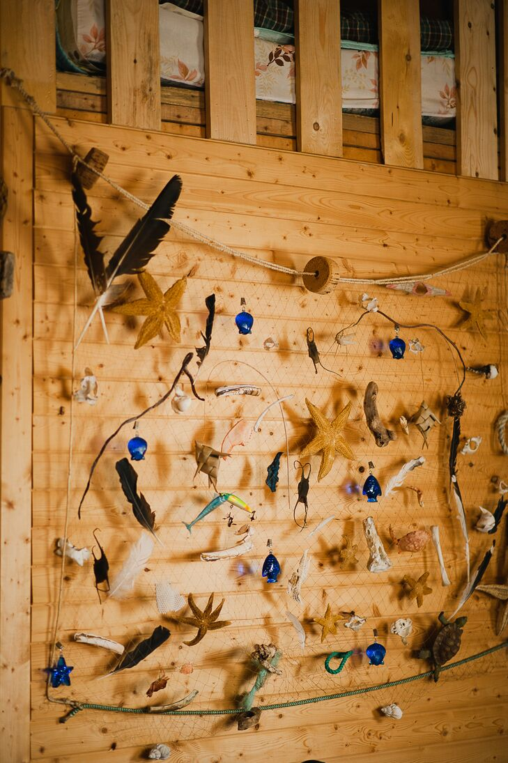 A large fishing net with dried starfish and other nautical accessories decorated the walls at the reception site.