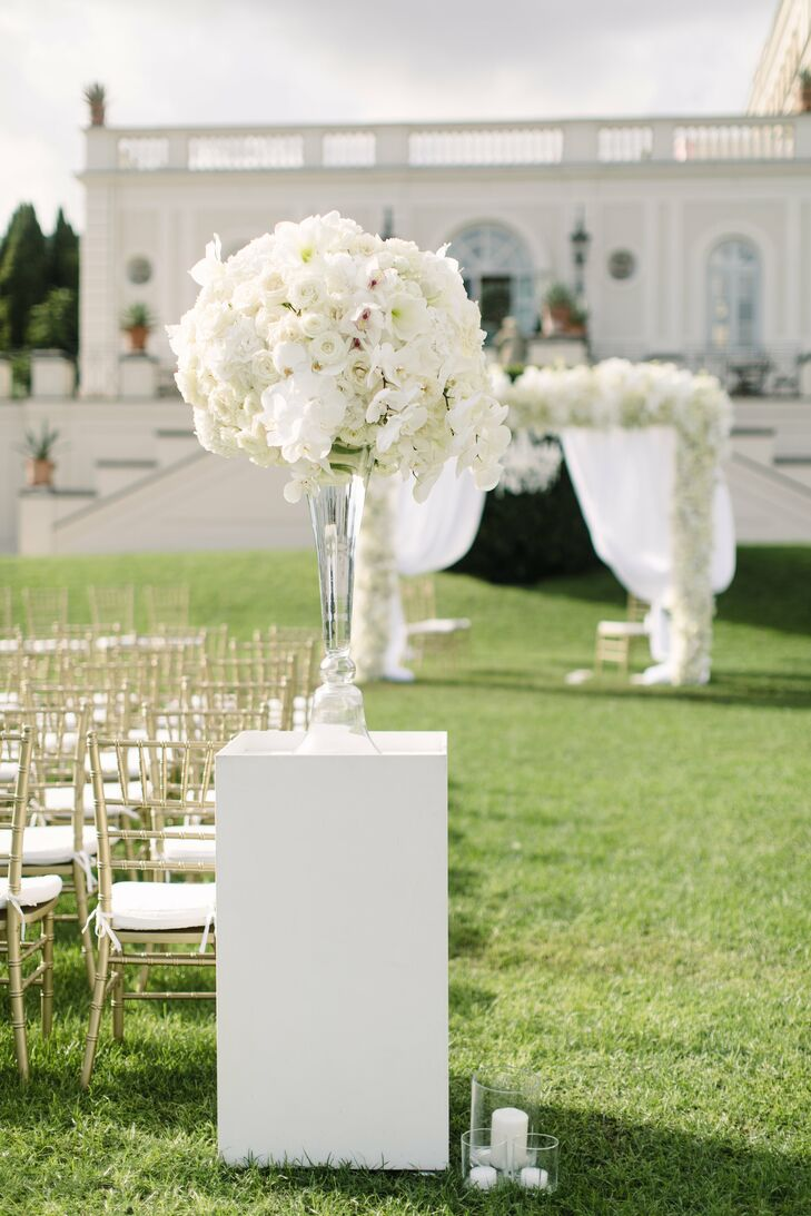 When it came to the ceremony decor, Silje and Tommy opted for a handful of elegant yet striking floral arrangements. In addition to the floral wedding arch that stood at the foot of the aisle, modern white pillars were placed at the entrance to the ceremony and bore bountiful bundles of ranunculus, roses, orchids and peonies and soft shades of ivory and white.